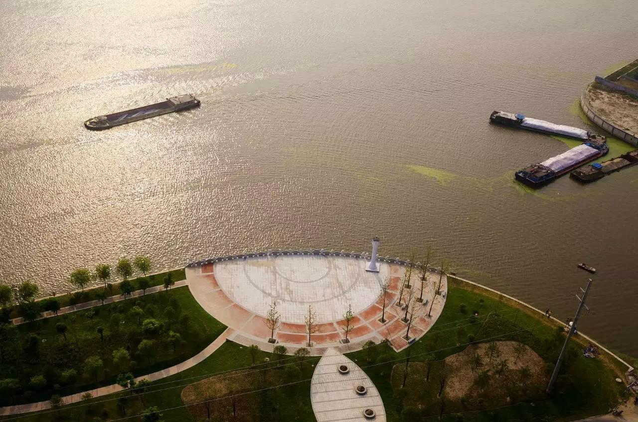 而今天的海安船闸则诞生于2011年的停航升级改造.