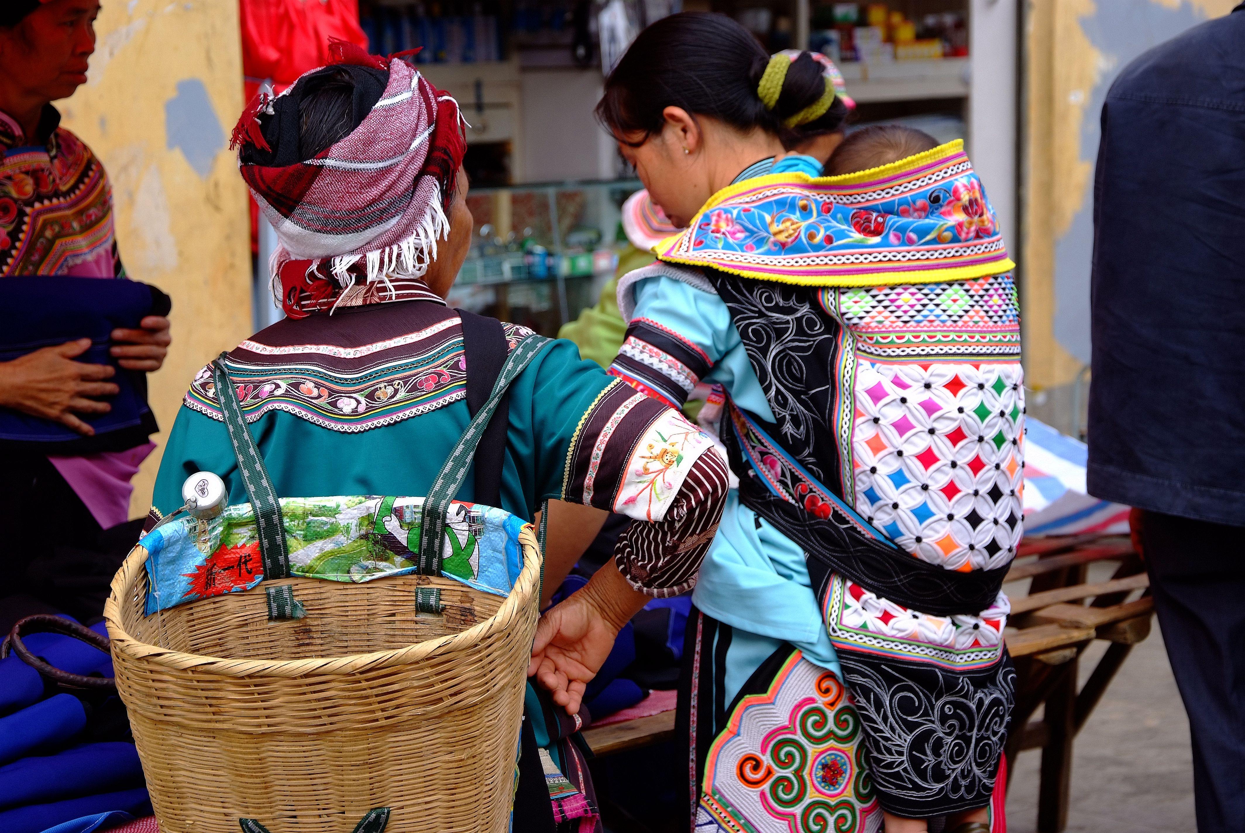 彝族女子的头饰,衣襟袖口