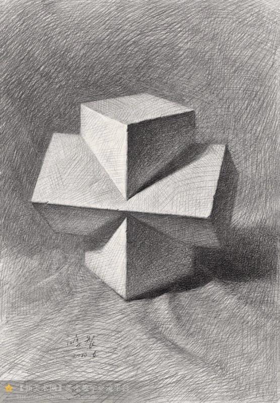 对于素描入门的认识,一直以来都存在一个误会,大家认为素描入门就是画遍所有几何体,然后就进入素描静物的训练,这样的理解是很片面的也是不负责任的。我们为什么画几何体?这是所有入门学生必须清楚的一个问题,学画画不是学数学运算,入门也不是想象中的那么简单。画几何体的目的是了解最基本的素描语言,学会组成世界物质基本元素方与圆的认识,以便我们以后能画更多复杂的物体打好基础,明白最基本的素描造型规律,看似简单的几何体,包含了太多太深刻的素描知识,所以大一定要深入研究的学,千万不能走过场,不能把遗留的问题带到以后的