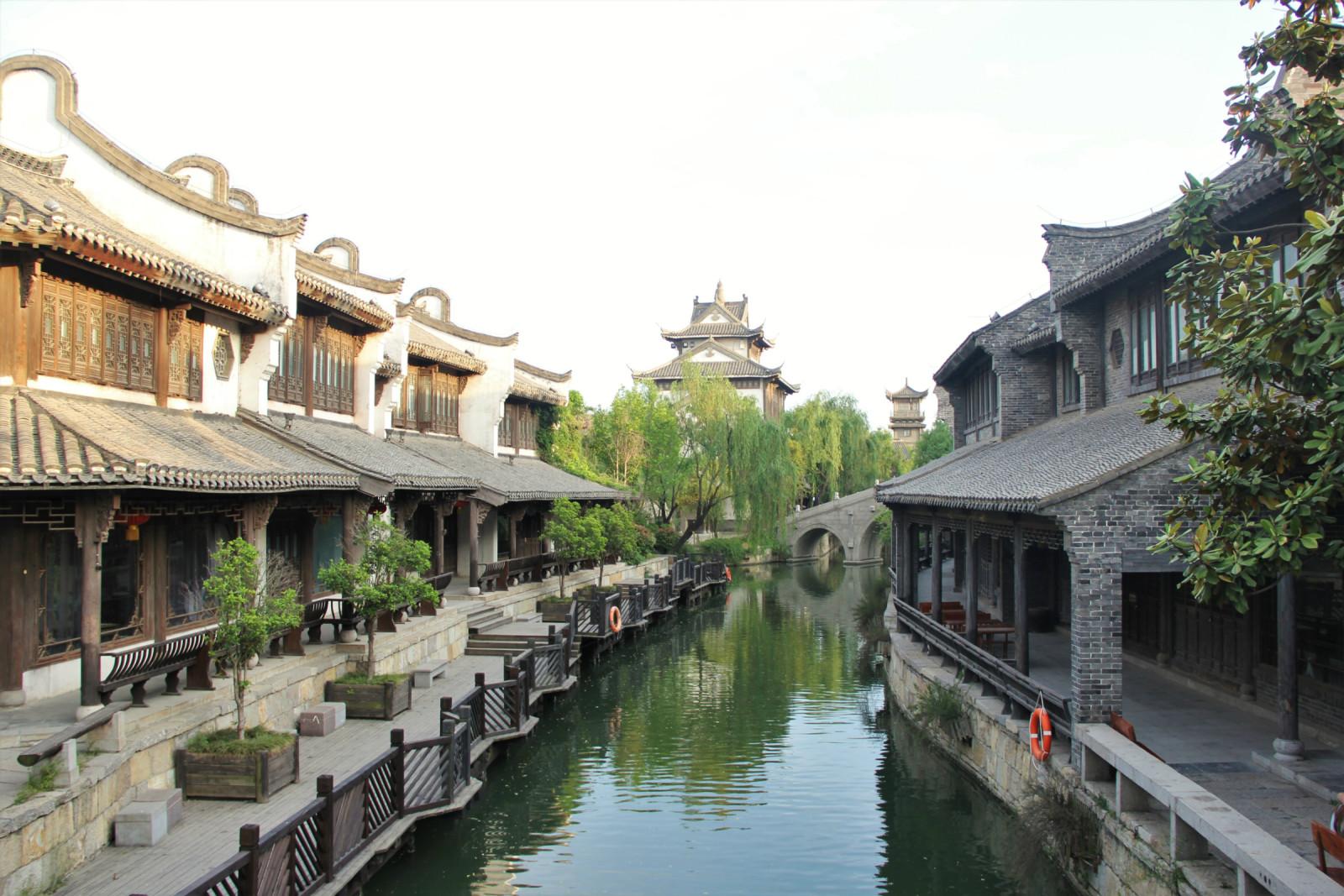 而今的古城内处处小桥流水,亭台楼阁,曲径回廊,一如江南小镇般隽秀.