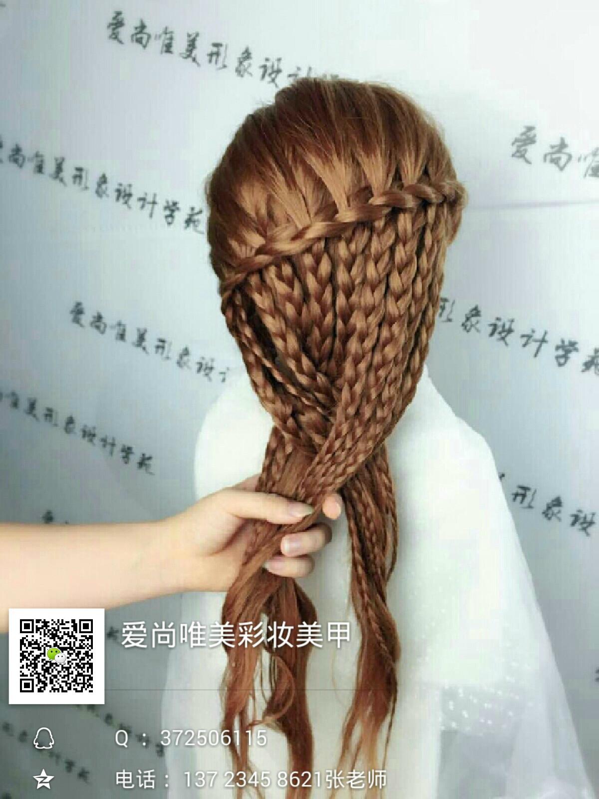 4,第四步把半披的头发分为三股 , 以相同的手法往下编 .