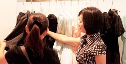 顾客不愿意试穿衣服,服装导购怎么办?