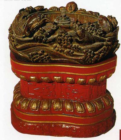 鱼龙变化盆用金丝楠木雕成,呈豆瓣状,其内镶一铜盆,为洗浴水盆.