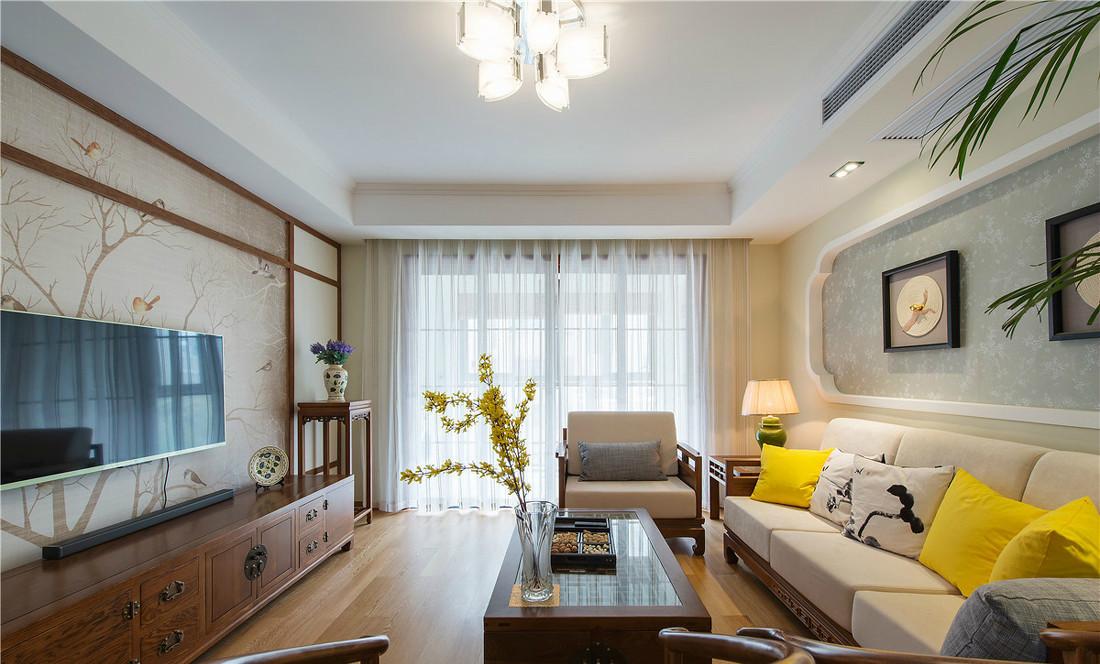 客厅电视背景沙发背景采用了中式的木格和如意纹的边框,不经意间给人