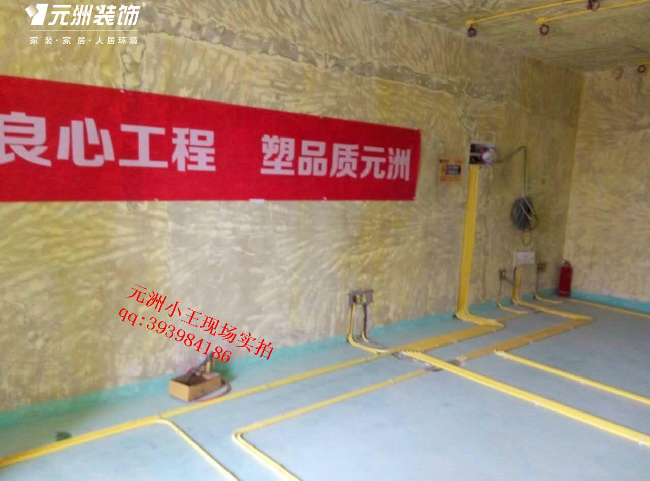 元洲装饰针对水电在设计和施工过程中一定要秉着安全为首。规范为主,尽量美观,必须实用,细心,节省的原则。 下面小编就给大家介绍一下商品房水电安装知识大全和水电安装注意事项。  1、电线线路开槽: 施工负责人在与业主商量好用电功能与要求之后,与电工师傅交底,弹好平行与垂直线开槽。放好开关插座底盒。插座类距地面40厘米开槽,挂式空调插座距地面2.