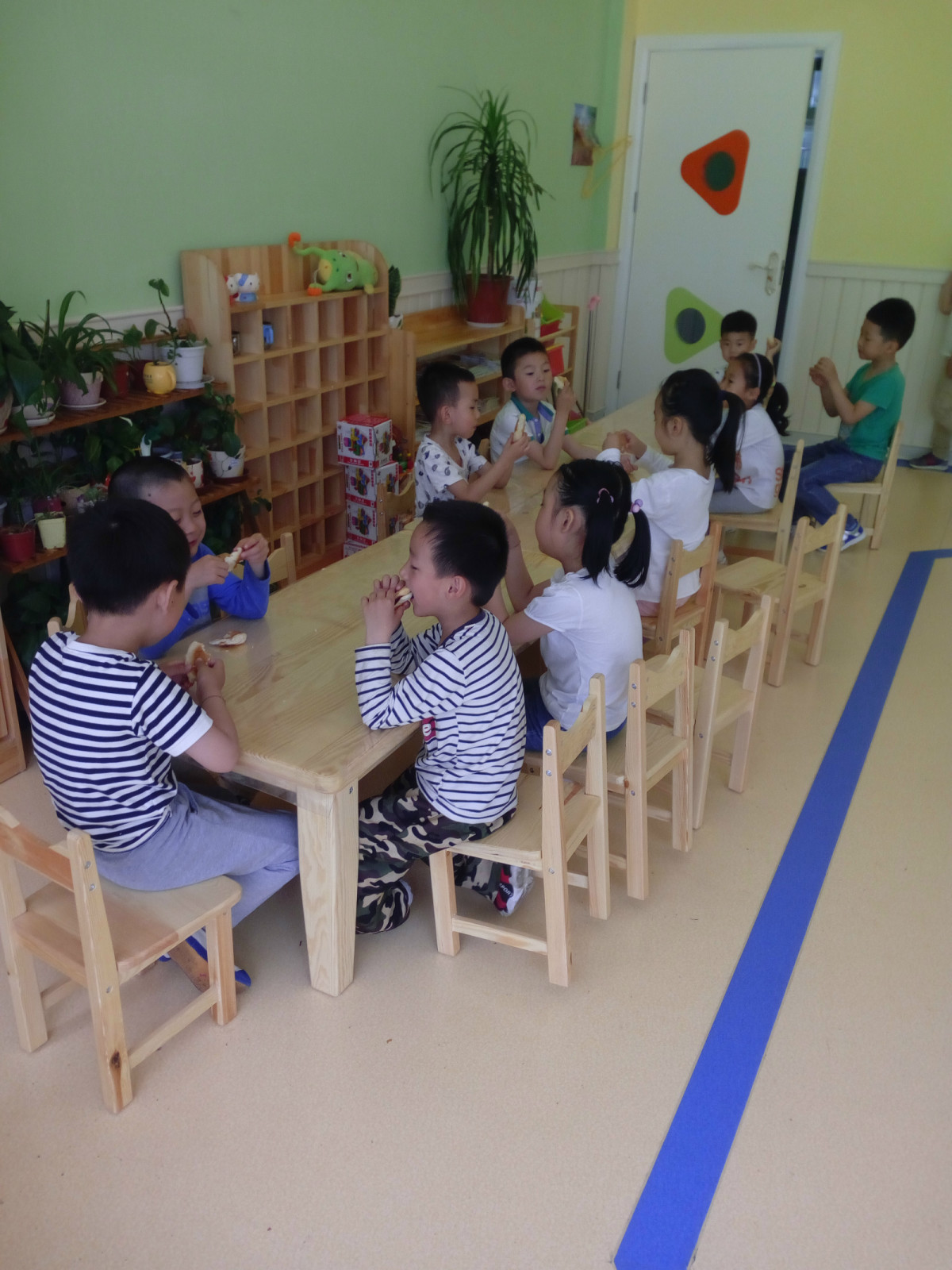 环境的创设在阅读过程中起着不可忽视的作用。一个良好的阅读氛围会给幼儿带来激情,激发幼儿阅读兴趣,养成良好的阅读习惯。要为幼儿提供一个自在、有趣、丰富的阅读环境,让孩子感受到阅读的乐趣。教师可以在班里开辟图书馆,提供绘画精美的书籍,每周五为借阅日,让孩子们选择自己喜欢的图书签字借阅,并在第二周提供机会请幼儿讲述自己书籍内容;在每月替换新书的时候给幼儿讲解新书的封面和基本内容。另外,采用看图编故事等形式激发幼儿的言语表达,教师和幼儿共同协商制作表演道具,幼儿将阅读内容通过情景表演、续编、创编故事、讲故事