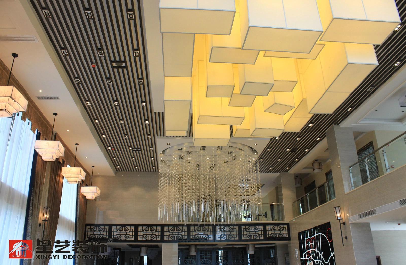 """此处灯具的设计是空间的最大亮点,定制的""""国""""""""囍""""造型灯具极富创意"""