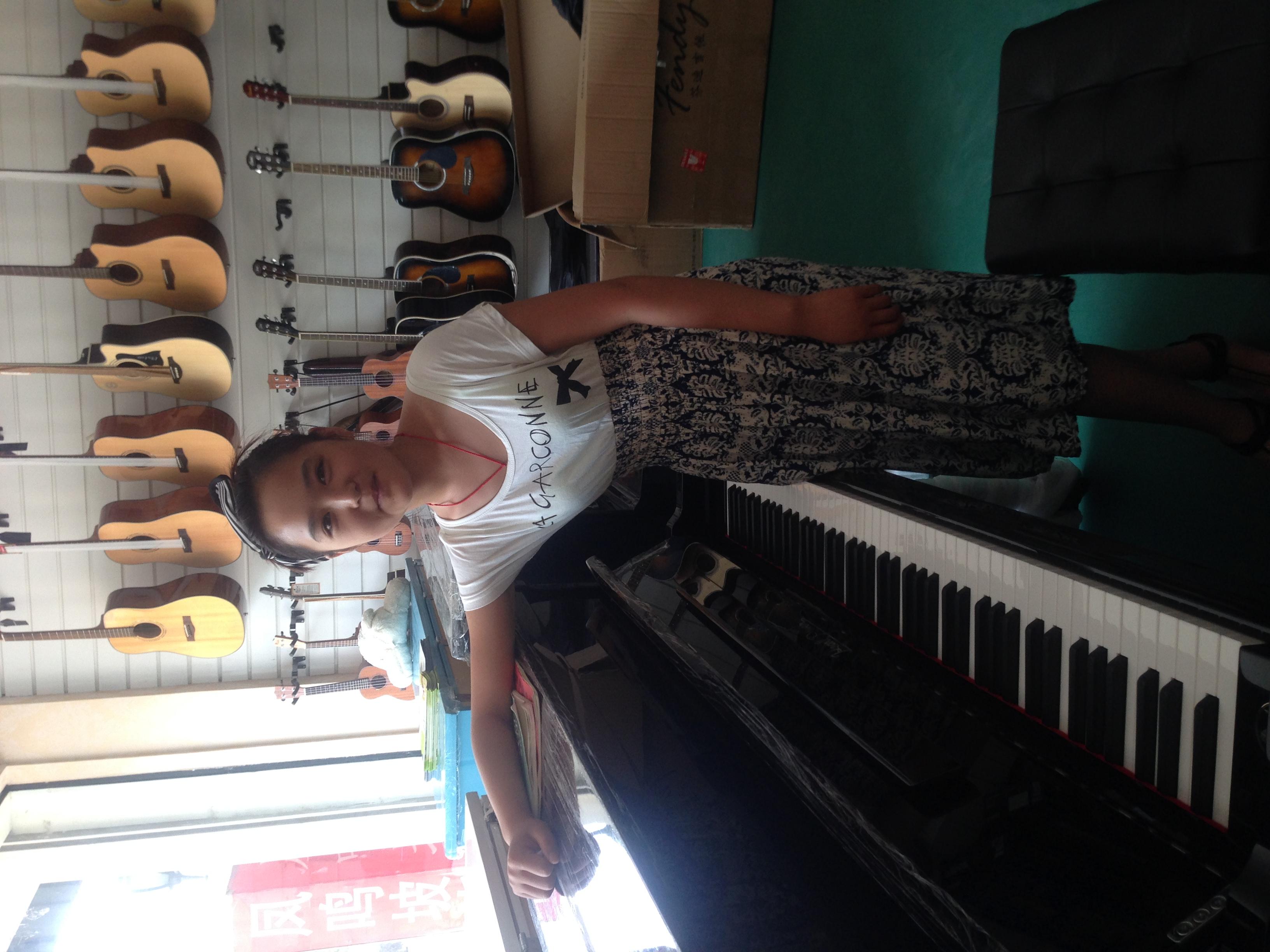 成人班弹钢琴的美女们