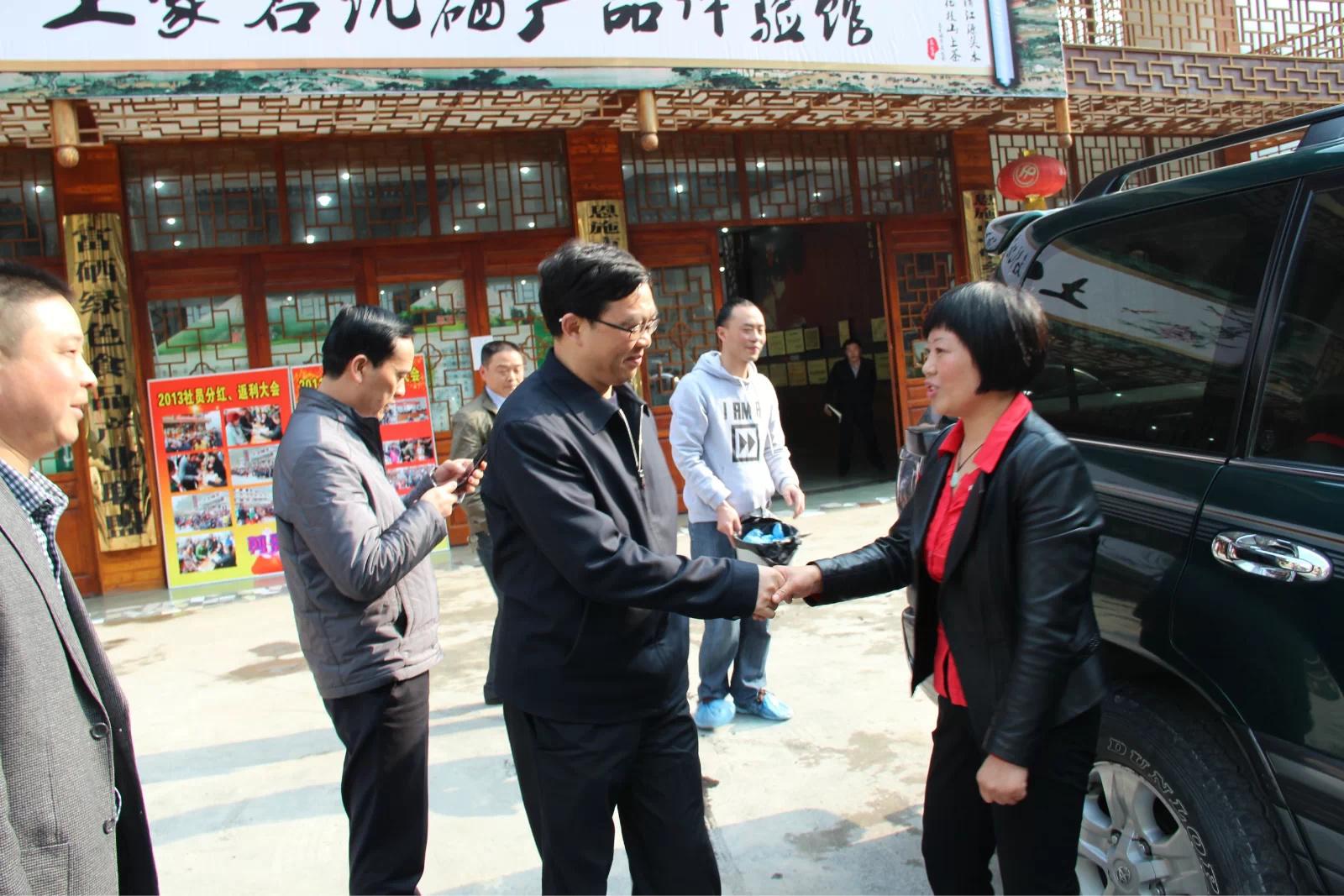 州委王书记、李市长、向书记等领导走访花枝茶公司