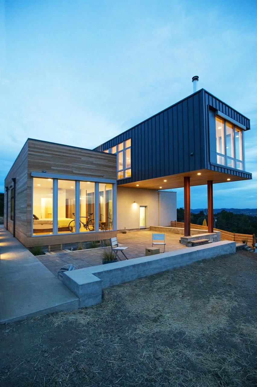 二楼屋顶用钢结构和强化木地板做了一个休闲阳台. 一楼书房装饰
