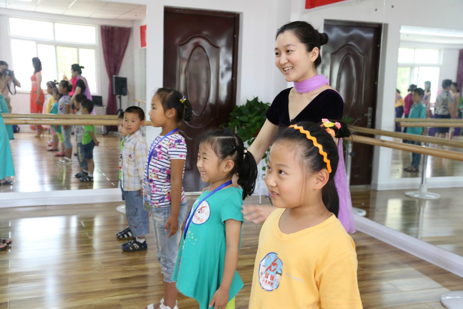 黄伟美少儿形体舞蹈礼仪班常年招生中啦!让您的孩子秒变高贵小公