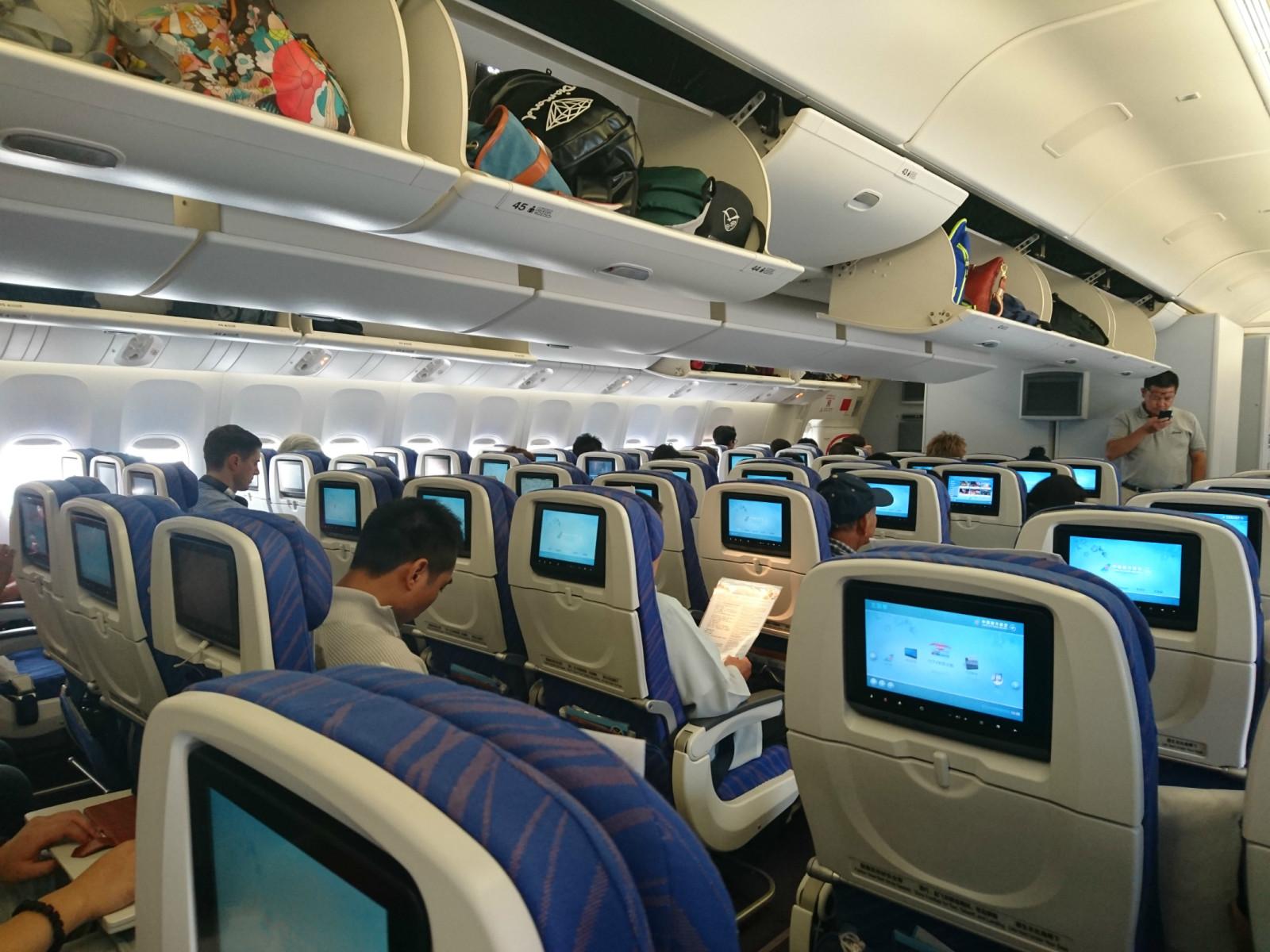 而上了国航飞机,前后座位很宽敞