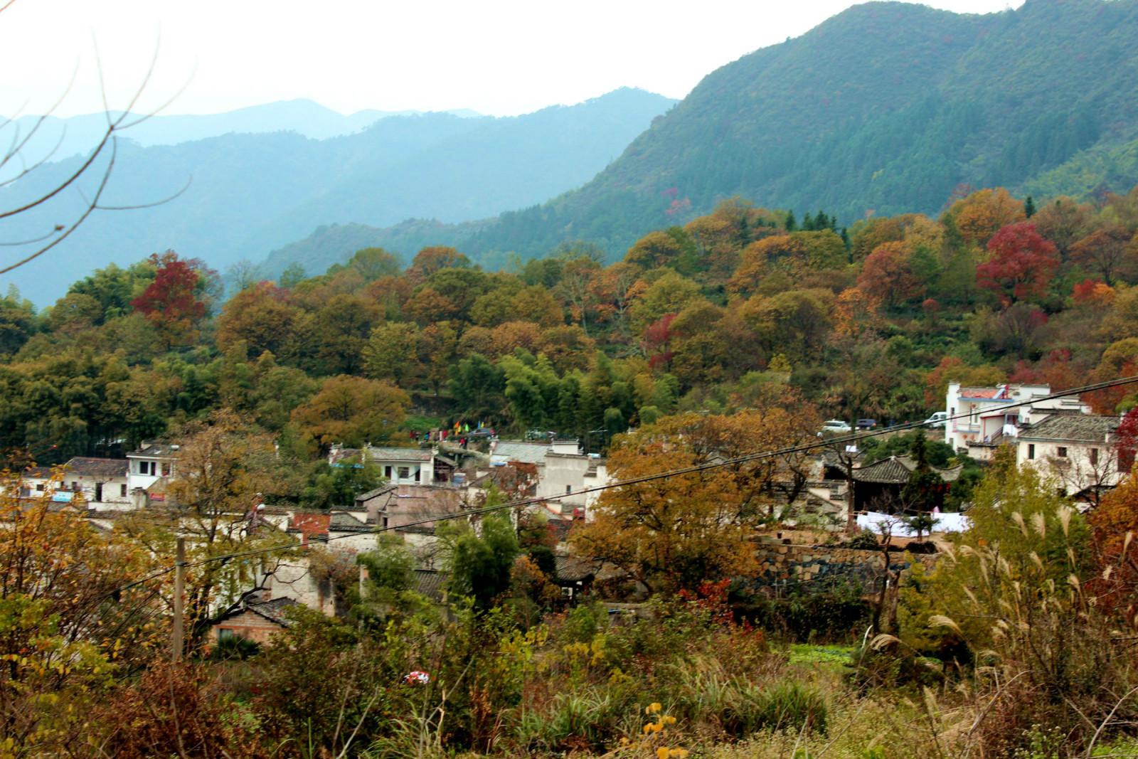 适合朗�y�9�9.��)_群山环抱中的小村,可惜没有太阳的朗照,色彩美不能完全体现.